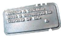 Платежные карточки делали и из металла. Стрелки на карте указывают как ее правильно вставлять в прорезь считывающего автомата, а на основании перфорации проводилась идентификация